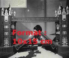 Reproduction D'une Photographie Ancienne D'un Garçon Admirant Les Tower Bridge Fabriquées En Lego En 1980 - Riproduzioni