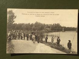 Concours De Pêche Du Petit Journal à SEDAN, Pêcheurs Au Bord De La Meuse, En Amont Du Pont De La Gare, Premier Groupe - Sedan