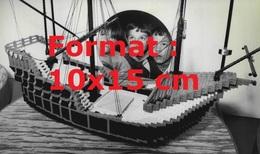 Reproduction D'une Photographie Ancienne De Garçons Rêvant Devant Un Bateau De Pirates En Lego En 1982 - Riproduzioni