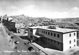 """M08930 """"CALTAGIRONE-VIA ROMA E JOLLY HOTEL""""ANIMATA - CART. ILLUSTR. ORIG. SPED.1962 - Altre Città"""