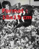 Reproduction D'une Photographie Ancienne D'un Enfants Au Milieu D'un Tas De Lego En 1981 - Riproduzioni
