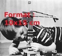 Reproduction D'une Photographie Ancienne D'un Garçon Jouant Avec Une Grue Réalisée En Lego En 1970 - Riproduzioni