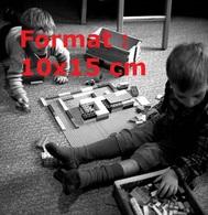 Reproduction D'une Photographie Ancienne De Deux Enfants Jouant Aux Lego Assis Sur Le Sol - Riproduzioni