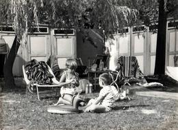 Grande Photo Originale Plage & Maillots De Bains Pour Jeux D'enfants, Transats & Bouée Cheval Vers 1960/70 - Anonymous Persons