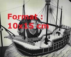 Reproduction D'une Photographie Ancienne D'un Garçon Regardant à Travers Un Hublot Un Bateau De Pirate En Lego En 1981 - Riproduzioni