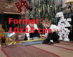 Reproduction D'une Photographie Ancienne De Deux Garçons Jouant Avec Leur Cadeaux De Noel En Lego En 1960 - Riproduzioni