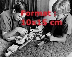 Reproduction D'une Photographie Ancienne De Deux Frères Jouant Aux Lego En 1976 - Riproduzioni