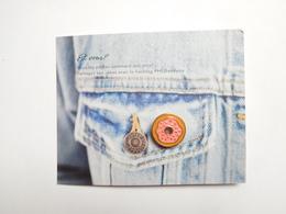 Superbe Pin's Sur Présentoir , Pour Agrémenter Vos Vêtements , Mode , Style - Pin's