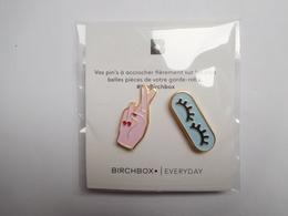 Superbes 2 Pin's Sur Présentoir , Pour Agrémenter Vos Vêtements , Mode , Style - Pins