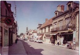COSNE D'ALLIER - Grande Rue - Voiture : Peugeot 404 - Petit Camion - Vélo - Autres Communes