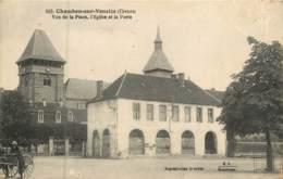 Dep - 23 - CHAMBON SUR VOUEIZE  Vue De La Place L'église Et La Poste - Chambon Sur Voueize
