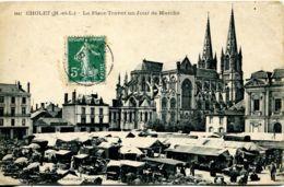 N°2499 T -cpa Cholet -la Place Travot Un Jour De Marché- - Cholet