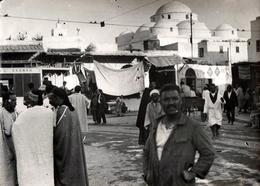 Grande Photo Originale Maghreb, Tunisie Vers 1940/50 - Scènes De Vie Animées Au Bled ( بلاد ) Mosquée & Kasbah - Plaatsen