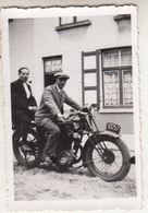 Hommes Sur Moto Devant Maison - Photo 6 X 9 Cm - Cyclisme