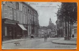 CPA - VERDUN, Le..............190.. Place D'Armes Et Rue St-Pierre (commerce, Personnage, Charrette...) - Verdun