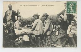 VOUILLÉ - Un Groupe De Cultivateurs - Otros Municipios