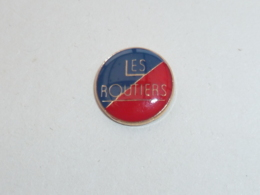 Pin's LOGO LES ROUTIERS B - Transports