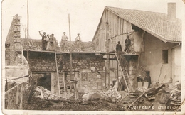 LES CHALESMES  CARTE PHOTO  CONSTRUCTION D'UNE MAISON  OUVRIERS AU TRAVAIL PLI UN ANGLE - France