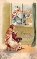 Noël - N°63668 - Joyeux Noël - Père Noël Regardant Des Enfants Par Une Fenêtre - Carte Gaufrée - Weihnachten