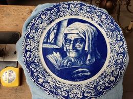 Boch Freres La Louviere België Delfts Blauw Oude Vrouw Met Boek - Boch (BEL)