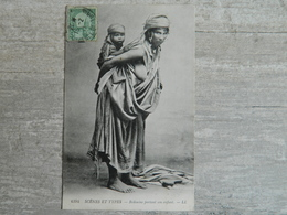 TUNISIE                      SCENES ET TYPES                BEDOUINE PORTANT SON ENFANT - Tunisia