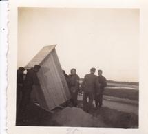 PHOTO ORIGINALE 39 / 45 WW2 WEHRMACHT FRANCE ÎLE DE RÉ SOLDATS ALLEMANDS MISE EN PLACE DU POSTE DE GARDE - Krieg, Militär