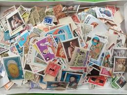LOT N° E134 Un Vrac De Plus De 2000 Timbres Du Monde - Stamps