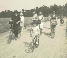 En Famille, à Bicyclette, Les Dames En Tête - Photo Originale Format 11 X 11 - Bon état - Cyclisme