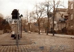 Grande Photo Originale Berlin-Friedrichshagen, Autos Trabant 601, Station Ahornallee & Kiosque Publicitaire 1981 DDR - Lieux