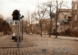 Grande Photo Originale Berlin-Friedrichshagen, Autos Trabant 601, Station Ahornallee & Kiosque Publicitaire 1981 DDR - Places