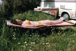 Photo Couleur Originale Sieste Et Farniente Sur Transat Pour Pin-Up Sexy & Bikini Jaune Au Milieu Des Pâquerettes 1989 - Pin-up