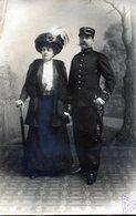 Belle Carte Photo D'un Préfet De Police Avec Sont épée Et Sa Femme élégante Posant Dans Un Studio Photo - War, Military