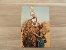 L'Afrique En Couleurs - Confidences Au Masque - Cartes Postales