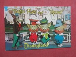 Three Pigs  & Friend   Disneyland Ref  3865 - Disneyland
