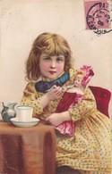 CARTE FANTAISIE. CPA  ILLUSTRATION . UNE FILLETTE FAIT MANGER SA POUPÉE  . ANNÉE 1906 + TEXTE - Scènes & Paysages