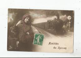 LE RAINCY (93) CARTE FANTAISIE AMITIES DU RAINCY (DECOR TRAIN A VAPEUR ET FEMME AVEC SES BAGAGES) 1870 - Le Raincy