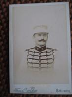 CDV  Mignonnette ( 4,5 X 6,5 ) SAUMUR - Petit Portrait Militaire - 16 Sur Col - Circa 1890 - Photo Voelcker - TBE - War, Military