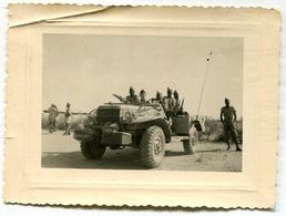 Photo D'un Officier Francais Avec Des Tirailleurs Africain Dans Une Jeep En Afrique - Krieg, Militär
