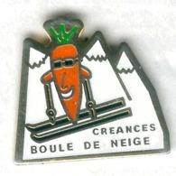 Pin's Carotte Créances Normandie Manche Cotentin Ski Skieur Boule De Neige - Alimentation