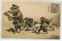 COCHONS Humanisés  Le Cochon Perdant Son Argent Ramassé Par Des Enfants Singes   CARTE GAUFREE   Début 1900    D01  2020 - Cochons