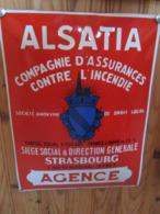 Plaque Emaillee Ancienne 1930 Bombee .alsatia Compagnie D Assurance . Emaillerie Alsacienne . Super Etat - Verzekeringen