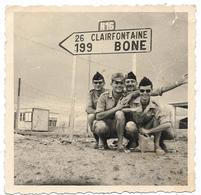 PHOTO - Militaires Devant Panneau De Signalisation En Algérie -  Ft 8,5 X 8,5 Cm - Guerre, Militaire