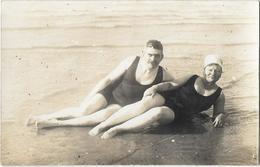 CP Photo - Couple Allongé Sur Le Sable En Maillot De Bain Une Piéce - Guerre, Militaire