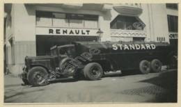 Camion Standard De La S.A. L'Economique , 82 Ave. Des Champs-Elysées , Devant Un Garage Renault . Fuel . Pétrole . Oil . - Automobili