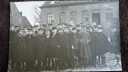 CPA PHOTO  GROUPE De Jeunes Hommes Ecoliers En Visite De Ferme  HOEVE Hazegras KNOKKE HEIST ? - Fotografie