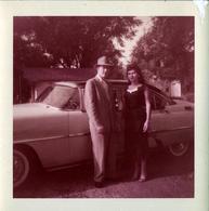 Photo Carrée Originale B.B. U.S.A. - Couple Posant Devant Sa Voiture Américaine à Identifier En 1957 & Légende Dos - Automobiles