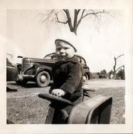 Photo Carrée Originale B.B. U.S.A. - Gamin & Sa Remorque & Cadillac - Towncar Saloon Type 72 En 1943 - Automobiles