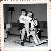 Photo Carrée Originale B.B. USA Jeu & Jouet - Fratrie Sur Un Cheval De Bois à Bascule Vers 1950 - Cow Boy & Mobilier - Objects