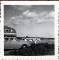 Photo Carrée Originale B.B. USA Voitures Américaine Devant Le Silver Sands & Break Station Wagon à Identifier Vers 1950 - Automobiles
