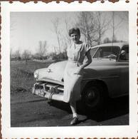 Photo Carrée Originale B.B. USA - Pin-Up & Sa Lincoln Ou Pas à Identifier Vers 1950 - Automobiles